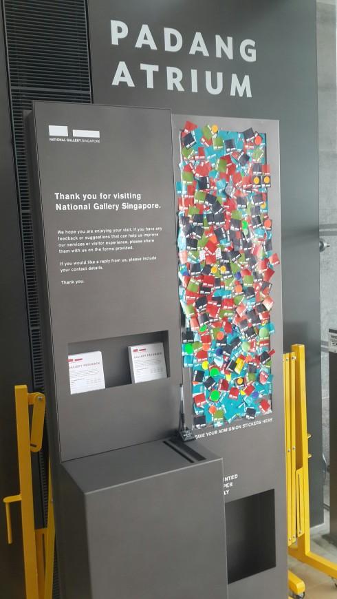 Khách tham quan dán lại mảnh giấy vào cổng là những mảnh giấy đầy màu sắc tại đây trước khi rời khỏi bảo tàng quốc gia Singapore.