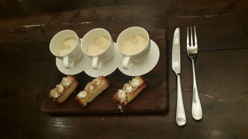 Bánh mì và súp nấm trong ly