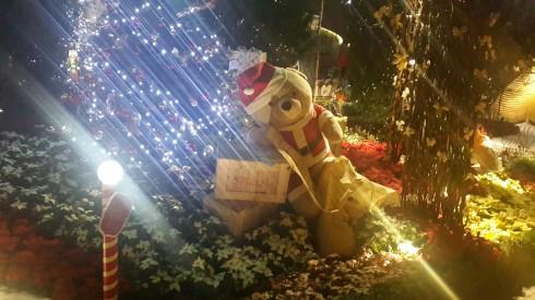 Chú gấu Noel như đang gọi mời quý khách hãy lại chơi và chụp ảnh cùng với chú