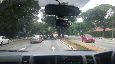 Đường phố xanh sạch của Singapore nhìn từ cửa kính xe hơi