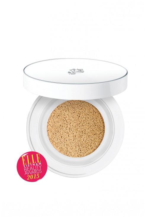 <strong>3. LANCÔME BLANC EXPERT CUSHION UV COMPACT</strong><br/>Mang đến làn da tươi tắn và mỏng nhẹ như phấn nền dạng lỏng, gọn nhẹ và tiện dụng như phấn nền dạng nén, làn da đều màu và mịn màng như BB Cream, Blanc Expert Cushion giúp bạn có được làn da tươi sáng, mịn màng và chống lại tia UV đi liền với cảm giác tươi mát tuyệt vời. Làn da được dưỡng ẩm, xinh đẹp hơn, rạng rỡ, mềm mại như nhung và căng mịn như sứ. Dễ sử dụng đến ngạc nhiên, trong chớp mắt, sản phẩm này sẽ mang đến cho bạn làn da mềm mịn như sương mai. Giá: 1.200.000 VNĐ