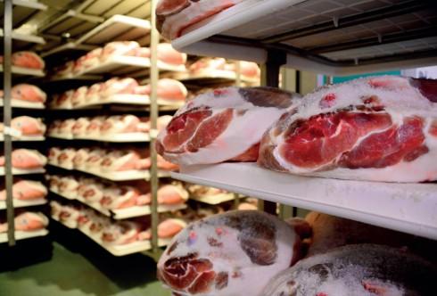 Từng đùi heo muối khi nhập xưởng, phải qua công đoạn kiểm tra gồm 16 bước khắt khe về độ dày của da, của mỡ, cách cắt thịt… trước khi được đóng dấu xác nhận là đặc sản của Parma.