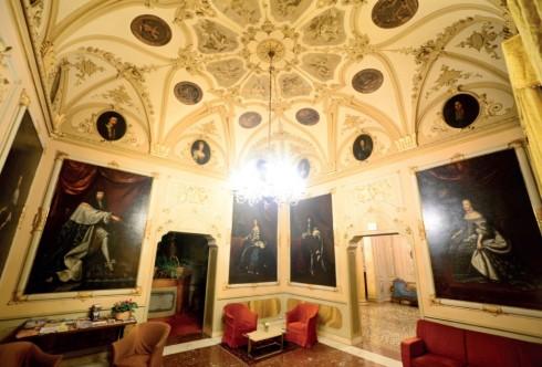 Dấu ấn tu viện vẫn được giữ nguyên, với tranh tường, phù điêu đắp nổi.
