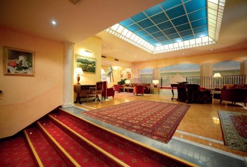 Phong cách Địa Trung Hải khó lẫn trong kiến trúc nội thất khách sạn Maria Luigia - Parma.