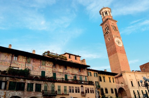 Bảo tháp Torre dei Lamberti ở quảng trường Piazza delle Erbe là công trình nổi trội ở Verona bởi chiều cao và kiến trúc khác lạ, đỉnh tháp cũng là nơi lý tưởng để chiêm ngưỡng toàn cảnh cổ thành Verona.