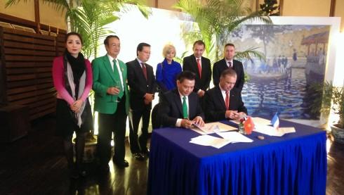 """Lễ ký kết biên bản ghi nhớ là kết quả của những cam kết về chính sách môi trường của chính phủ Việt Nam, sự mong muốn của tập đoàn """"taxi xanh"""" Mai Linh, và nhà nhập khẩu thương hiệu xe Renault – hãng sản xuất xe điện hàng đầu thế giới."""