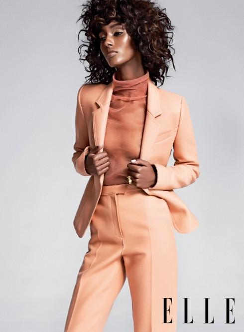 Sơmi EMILIO PUCCI  Áo blazer & quần JASON WU Nhẫn SYD & PIA NYC