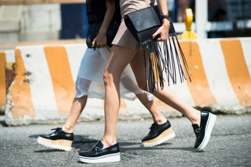 Nếu không thích quá nhiều tua rua cầu kì thì túi clutch tua rua hoặc một phụ kiện nhỏ tua rua cũng có thể thay thế.
