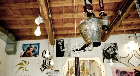 Made In The Shade là một trong những cửa hàng thú vị với lối trang trí kết hợp giữa sự mộc mạc và thiết kế từ những năm 80.