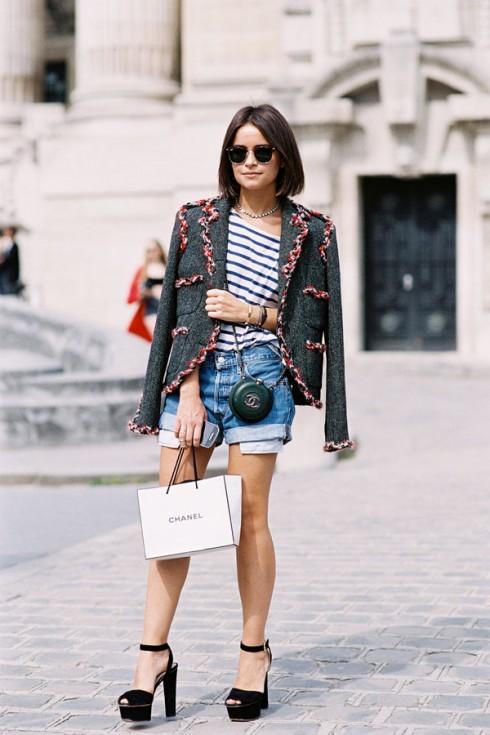 Áo thun kẻ sọc phù hợp với nhiều phong cách, nhiều loại trang phục và với những sắc màu cổ điển (trắng/đen/đỏ), kẻ sọc không quá khó tính.