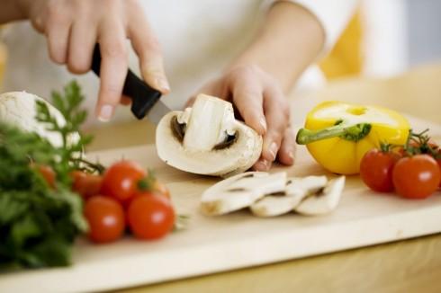 Tự nấu ăn ở nhà thay vì sử dụng các sản phẩm được chế biến sẵn