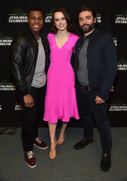 Từ trái sang phải: Diễn viên John Boyega, Daisy Ridley và Oscar Isaac tại Star Wars Celebration 2015 ngày 16/04/2015 (Anaheim, California)