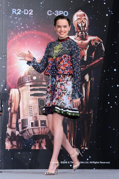 Giày cao gót: Last Empress Mary-Jane của Christian Louboutin  Đầm: Mary Katrantzou Tại buổi họp báo Star Wars: The Force Awakens 11/12/2015 (Urayasu, Nhật)