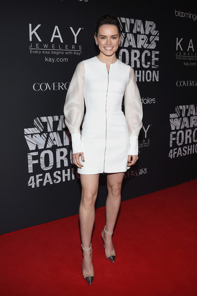 Daisy Ridley mặc đầm cocktail trắng được thiết kế lấy cảm hứng từ nhân vật trong Star Wars. Bộ đầm này sẽ được bán đấu giá từ thiện tại BloomingdaleÂ. Tại sự kiện Star Wars