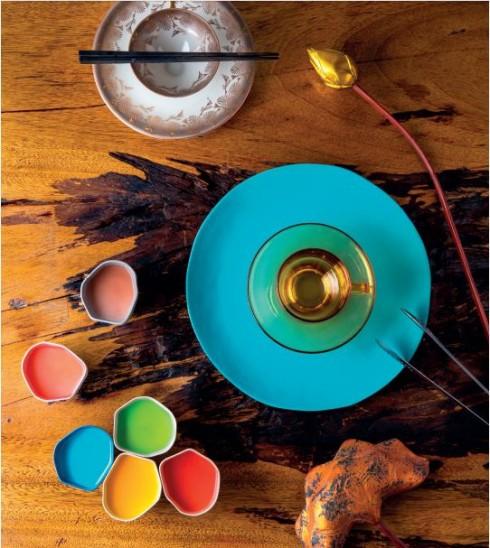 Bộ tách trà và 2 đĩa vintage theo phong cách Art Deco 730.000 VNĐ; Hoa sen sơn son thiếp vàng 60.000 VNĐ; Bộ bốn đĩa và cốc thủy tinh Vintage màu vàng hổ phách 1.440.000VNĐ/bộ ANTIQUE STREET Đĩa gốm xanh Chiangmai 420.000 VNĐ  SADEC DISTRICT Món ăn: Sữa chua (Ổi, Chanh dây, Trà xanh, Nho, Curacao Syrup, Dâu, Trắng) 45.000 VNĐ/chén  SI RESTAURANT (7A Ngô Văn Năm, Quận 1, TP. Hồ Chí Minh)