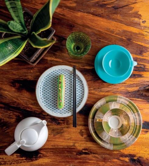 Bộ 4 ly thủy tinh màu xanh 1.276.000 VNĐ; Bộ 4 cốc và đĩa Boonton Ware Melanine Melmac Vintage 1.300.000 VNĐ; Bộ tách trà và 2 đĩa Vintage vẽ Art Deco 730.000 VNĐ; Bộ bình trà gốm trắng đen 1.740.000 VNĐ; Bộ 4 tô và đĩa Vintage bằng gốm Stoneware 1.500.000 VNĐ; Chậu gốm nâu và cây sống đời 700.000 VNĐ ANTIQUE STREET Món ăn: Bánh su kem vani kiểu Pháp SOFITEL SAIGON PLAZA