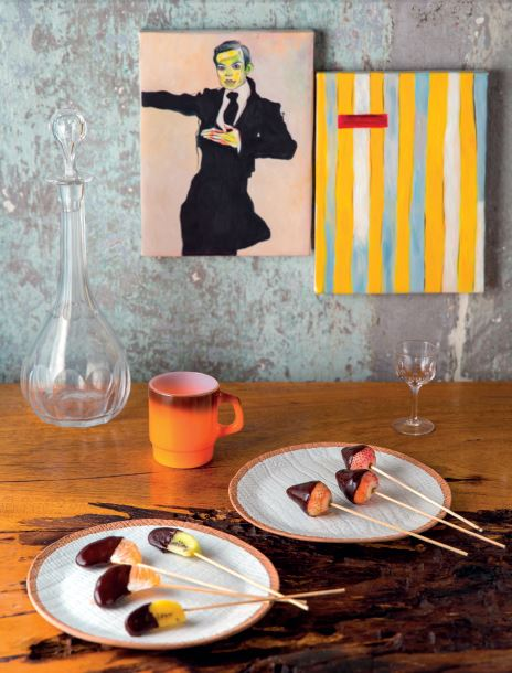 Tác phẩm Concep Art của nghệ sĩ Achie Pizzini ANTIQUE STREET; Ly café Fire King Vintage 250.000 VNĐ; Bộ bình rượu pha lê và 6 ly pha lê Vintage 4.500.000 VNĐ; Đĩa gốm trắng Chiangmai 380.000 VNĐ SADEC DISTRICT Món ăn: Trái cây cuộn sôcôla SI RESTAURANT