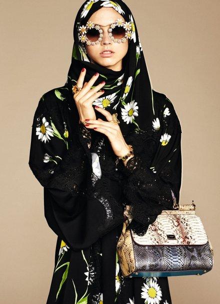Trang phục chủ yếu có màu đen và các gam màu trung tính, có nhấn nhá họa tiết hoa văn
