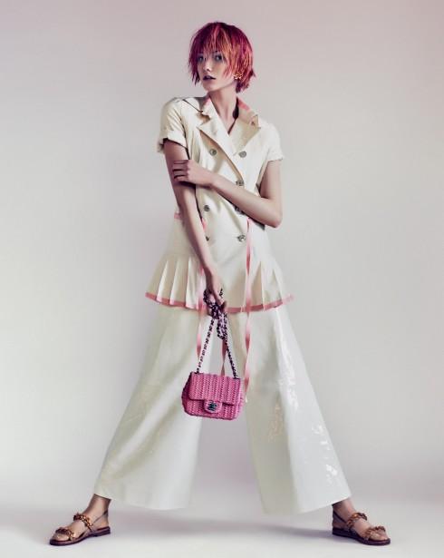 Trang phục và túi Chanel, Giày sandals Valentino, Hoa tai Jack Vartanian