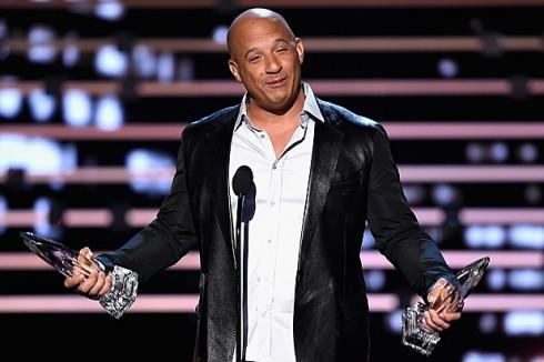 Vin Diesel cất lên bài hát See You Again để tượng niệm Paul Walker, người bạn diễn quá cố của mình