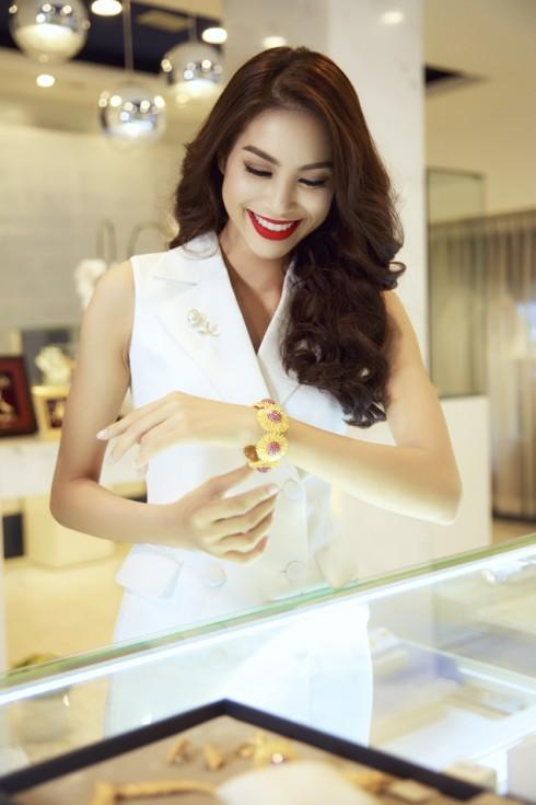 Hoa Hậu Phạm Hương chọn trang sức của thương hiệu nữ trang vàng Prima Gold để chuẩn bị cho cuộc thi HHHV 2015