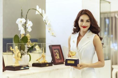 Hoa Sen Vàng đã đồng hành cùng Hoa Hậu Phạm Hương tại Miss Universe 2015