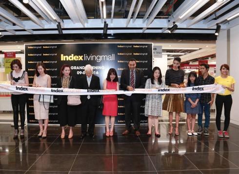 Ông Pisit Patamasatayasonthi, CEO của tập đoàn Index Inter Furn (thứ 4 từ trái sang); Bà Nguyễn Thu Hà, Chủ tịch VinDS (thứ 5 từ trái sang) và Ông Munish Rish, CEO của VinDS (thứ 6 từ trái sang) cùng các nghệ sĩ tham dự Lễ cắt băng khánh thành Index Living Mall Thảo Điền