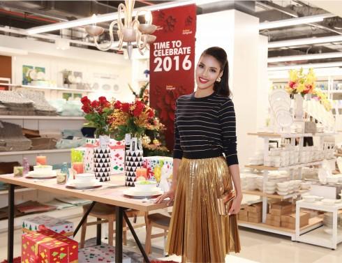 Top 11 Hoa hậu Thế giới Lan Khuê tạo dáng với sản phẩm nội thất dễ thương của Index Living Mall.