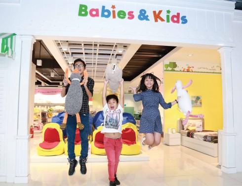 """Bộ ba Vinh Trần – Trọng Khang – Thanh Mỹ tạo dáng trước khu vực dành cho trẻ em """"Babies & Kids"""" tại Index Living Mall Thảo Điền."""