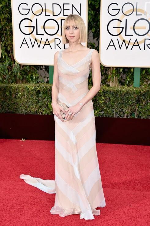 Zoe Kazan thanh lịch với đầm voan của Miu Miu và trang sức Chanel