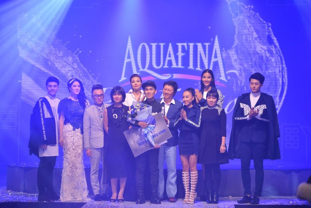 Ban Giám khảo và các người mẫu tham gia trình diễn chúc mừng Quán quân Aquafina Pure Fashion 2015
