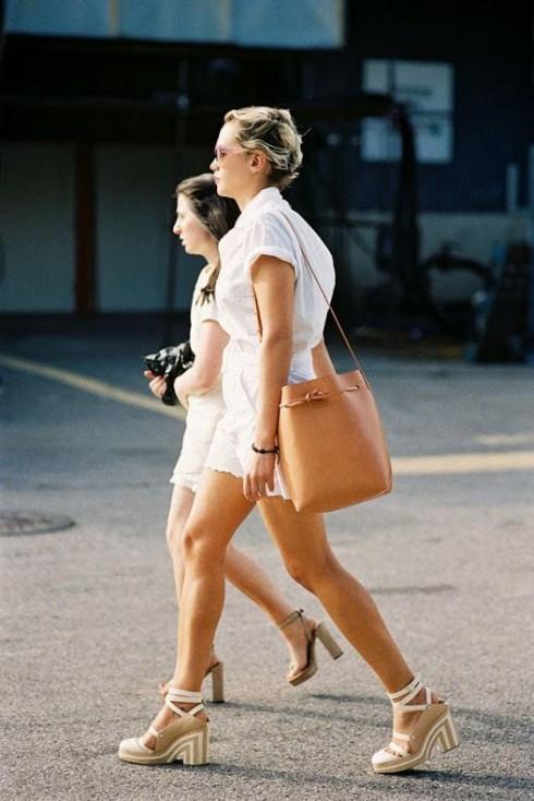Quần shorts lưng cao kết hợp cùng những tông màu sáng sẽ mang đến vẻ ngoài tươi trẻ cho người mặt, đặc biệt là vào mùa xuân và hè.