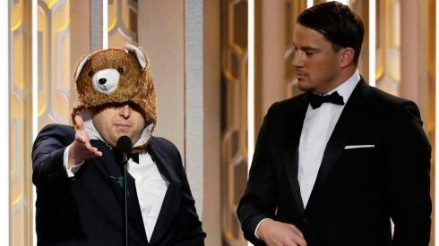 """NBC's """"73rd Annual Golden Globe Awards"""" - Show Cặp đội 21 Jump Street, Channing Tatum và Jonah Hill tái hợp trên sân khấu trong buổi lễ Quả Cầu Vàng nhằm xướng tên Nữ diễn viên xuất sắc nhất. Lần này, Jonah Hill không còn là anh mà là chú gấu nổi tiếng trong The Renevant. Trong bài phát biểu, """"chú gấu"""" còn hài hước bày tỏ sự tủi thân và trách Leonardo Dicaprio đã giành hết mọi sự chú ý: """"Các anh trao mọi thứ cho nam diễn viên chính, còn diễn viên phụ (là tôi) thì chỉ làm nền mà thôi."""" Màn kịch này có lẽ được truyền cảm hứng từ những bức ảnh chế đang làm mưa làm gió trong cộng đồng mạng vừa qua,  cho rằng chú gấu cũng xứng đáng được nhận một giải thưởng vì diễn xuất nhập tâm của mình."""