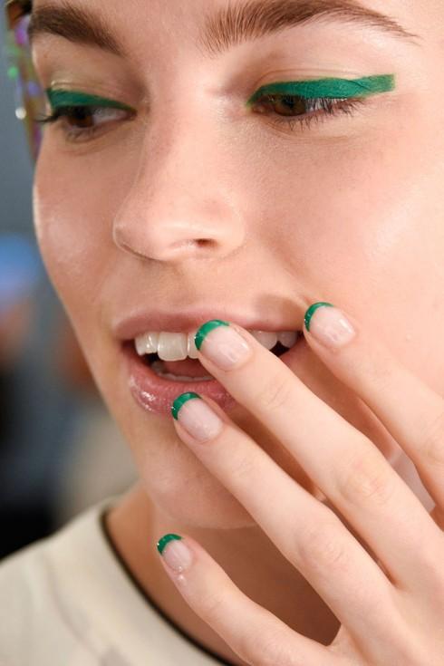 Eyeliner và móng tay ton sur ton màu xanh lá
