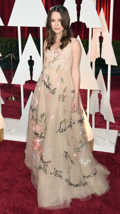 Váy phom rộng, tông màu nhạt kèm họa tiết thường được các ngôi sao thế giới ưa chuộng