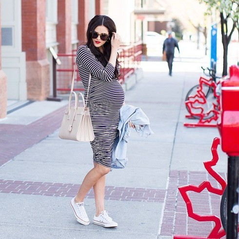Phụ nữ mang thai trông phong cách hơn với váy liền kẻ sọc ngang.