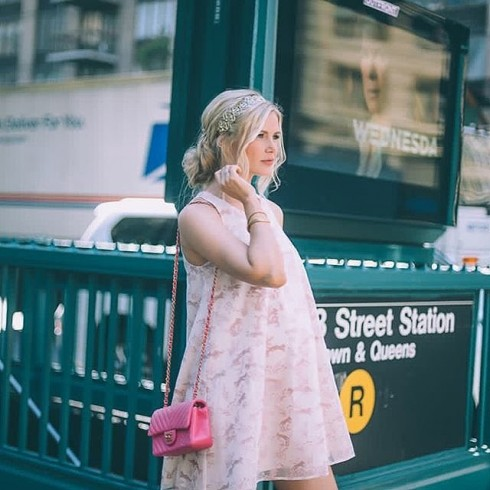 Bạn sẽ trông thanh lịch, nhẹ nhàng hơn trông bộ váy phom rộng với tông màu nhạt
