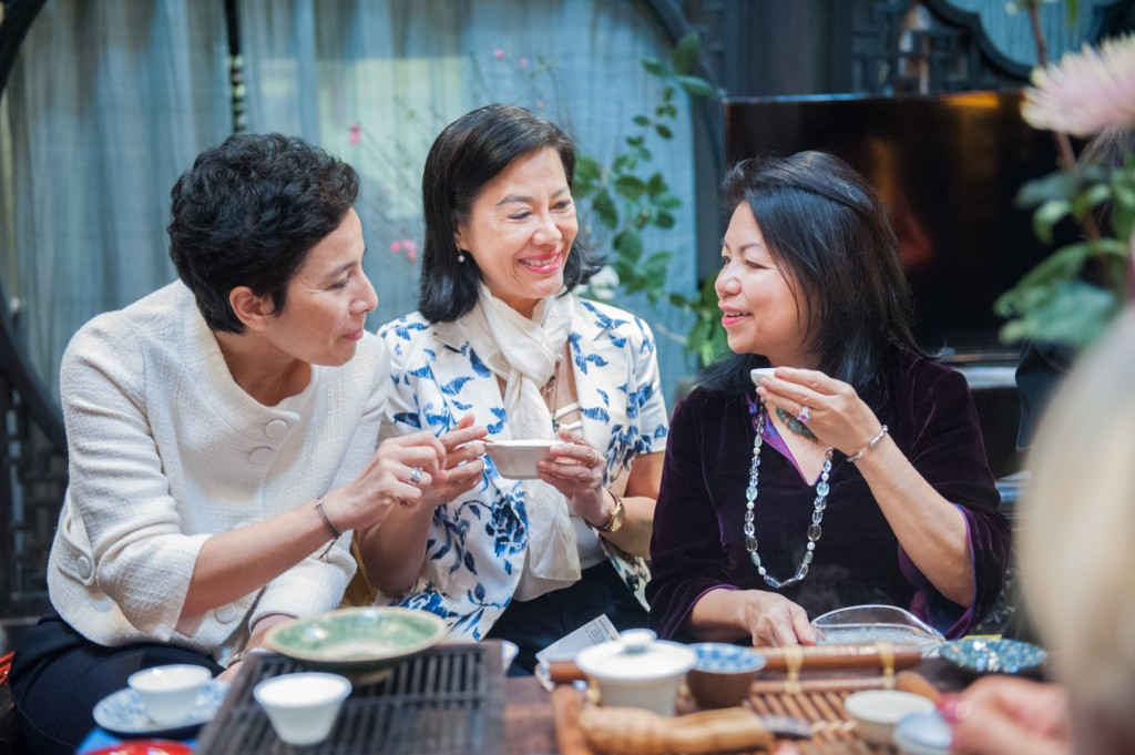 Bà Nguyễn Thị Loan (áo đen) của Journeys to the East đón tiếp hai vị khách mời là bà Anoa Đại sứ Du lịch Việt Nam tại Pháp và Bà Eva Nguyễn Bình - Giám đốc Viện Pháp tại Việt Nam.