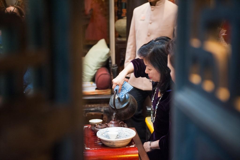 Bà Nguyễn Việt Loan, bằng những trải nghiệm kiến thức sâu sắc về văn hoá của mình, luôn tận tay chăm sóc từng vị khách.