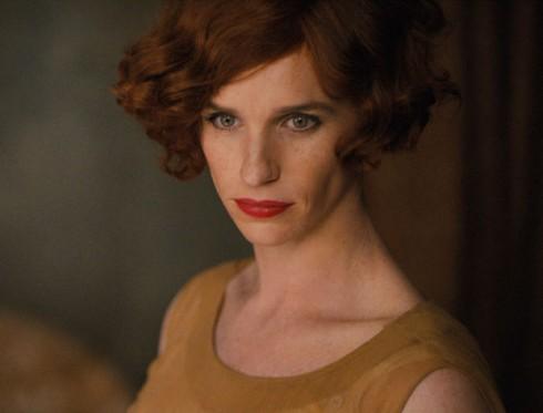 """Cô nhớ lại: """"Tôi hỏi đạo diễn Tom Hooper và anh ấy nói hãy nhìn vào bức tranh của Gerda. Bà ấy vẽ Lili với những màu sắc rực rỡ nhất cùng mái tóc màu nâu tuyệt vời. Điều đó giúp chúng tôi trang điểm cho Eddie Redmayne. Ngoài ra, những bức tranh ban đầu thì bà ấy vẽ Lili với mái tóc khá tối. Chúng tôi tìm tất cả các màu tóc giả với kiểu dáng những năm 1920 sau đó xem màu gì phù hợp. Rõ ràng Eddie Redmayne nhìn tuyệt đẹp trong mái tóc nâu gần như đen và tàn nhang trên mặt, cũng như đôi mắt sắc""""."""
