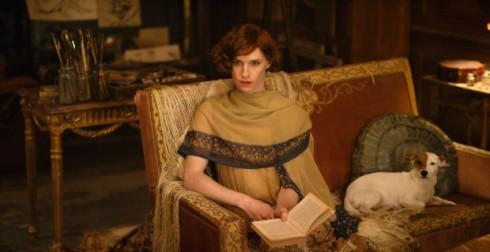 """Thiết kế trang phục Paco Delgado đã tận dụng sự khác biệt về thời trang giữa Copenhagen tĩnh lặng, hơi quê mùa với Paris tân tiến. Ông nói: """"Ý tưởng chúng tôi đưa ra là Lili đã bị mắc kẹt trong một cơ thể giống như một cái lồng. Chúng ta có thể hình dung tâm trạng của cô ấy qua rất nhiều trang phục nặng nề thời Edward với cổ áo cao và những bộ vest chỉ hạn chế trong những màu xanh da trời, xám và đen. Khi chuyển đến Paris, Lili đã ý thức được rằng lúc này cô có thể là chính mình. Chúng tôi đã thiết kế trang phục với nhiều loại vải mềm mại và uyển chuyển và màu sắc ấm áp hơn""""."""