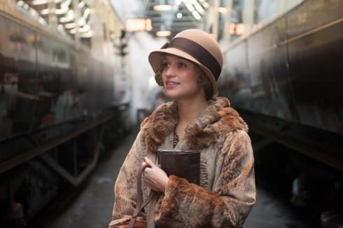 Mũ quả chuông và khăn quàng lụa mảnh là hai phụ kiện của thời trang rất thịnh hành những năm 1920, được nữ họa sĩ Gerda sử dụng xuyên suốt bộ phim.