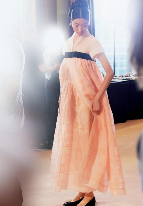 Chiếc váy dạ hội được lấy cảm hứng từ kiểu áo Hanbok truyền thống của Hàn Quốc