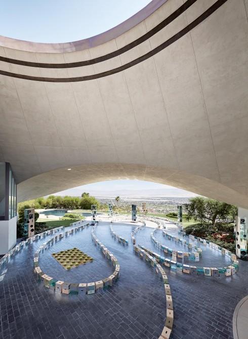 Biệt thự của Bob Hope đã để lại ấn tượng mạnh mẽ với NTK Nicolas Ghesquière, khiến anh chọn nơi đây để trình diễn BST Cruise 2016 cho Louis Vuitton.