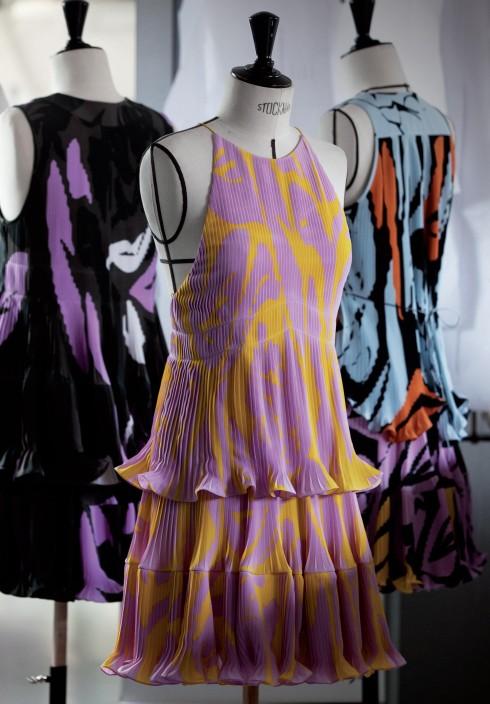 Những họa tiết hoa đặc trưng của Dior được in lên vải và dập li tạo hiệu ứng chuyển động đầy nữ tính