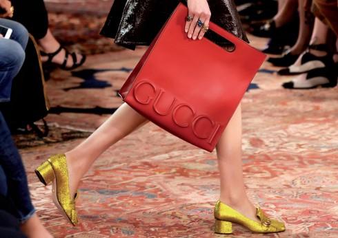 Alessandro Michele tiếp tục khẳng định thế mạnh về phụ kiện của mình khi giới thiệu những thiết kế túi xách và giày thú vị, hứa hẹn sẽ được các tín đồ thời trang săn lùng.