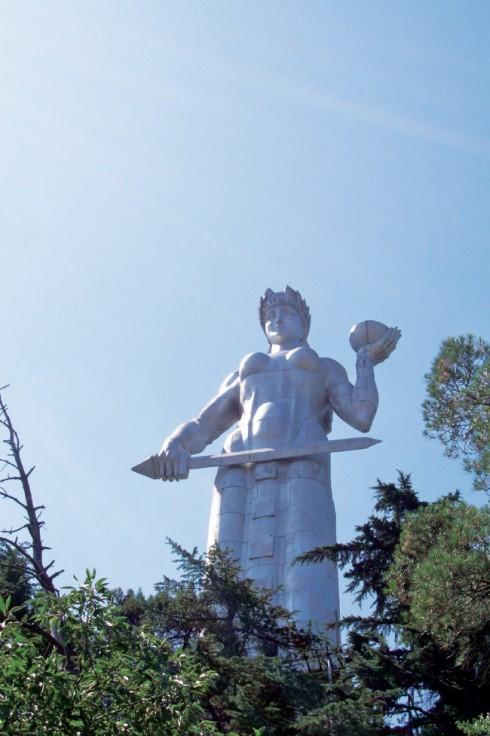 Ở ngay trung tâm thủ đô Tbilisi có một bức tượng tên là Kartvlis Deda (nghĩa là Người mẹ Georgia) nằm trên ngọn đồi Sololaki. Một tay bà cầm chén rượu nho tượng trưng cho lòng hiếu khách, tay kia cầm thanh kiếm tượng trưng cho sự quả cảm chống lại quân thù.