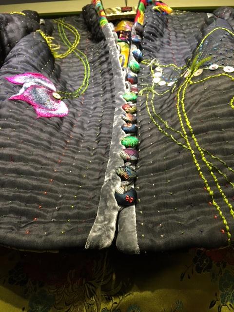 Bạn sẽ có cơ hội mua sắm những chiếc áo bông mang hơi hướng hiện đại của nhà thiết kế Trịnh Bích Thủy ngay trong hội chợ.