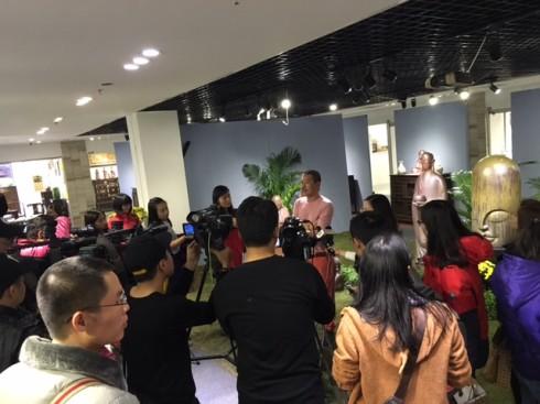 Họa sĩ Lê Thiết Cương - Giám tuyển của chương trình chia sẻ các điểm đặc sắc mà sự kiện sẽ mang tới cho nhân dân Thủ đô trong dịp Tết Bính Thân 2016.