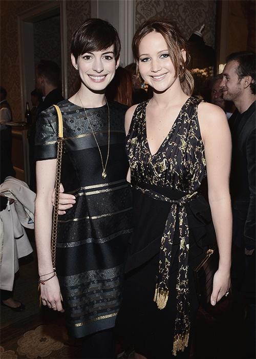 Anne Hathaway lên tiếng bảo vệ Jennifer Lawrence